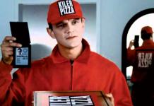 Cezary Pazura dostarczający pizze, scena z filmu Kiler