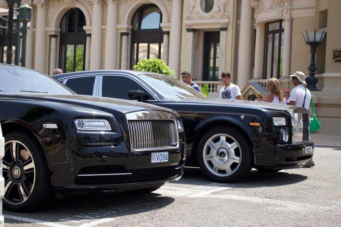 Luksusowy Rolls Royce przed hotelem