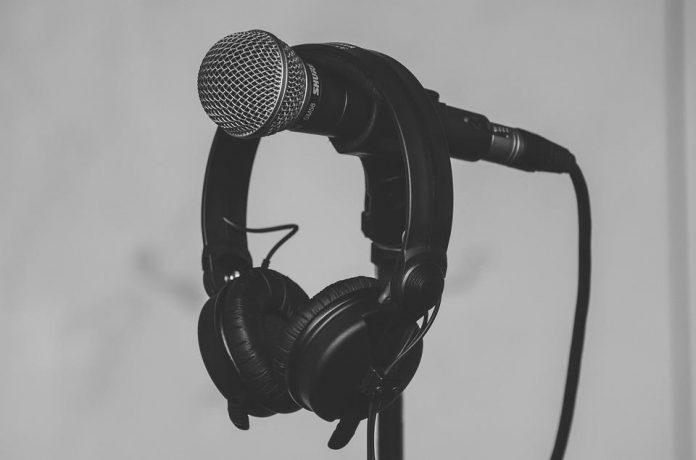 Słuchawki powieszone na mikrofonie
