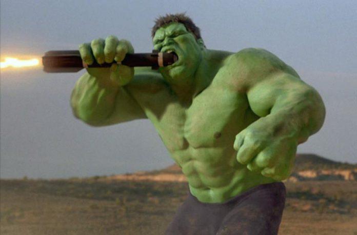 Hulk, odgryzający zapalnik pocisku, kadr z filmu