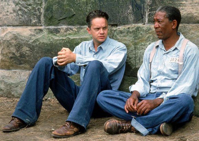 Morgan Freeman i Bob Gunton w filmie The Shawshank Redemption