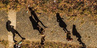 Ludzie idący chodnikiem, widok z drona