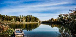 zatopiona łódka na rzece, ładny krajobraz