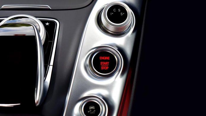 Przycisk systemu start-stop w samochodzie