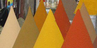 Stoisko z kolorowymi przyprawami w Marakeszu-Quiz o popularnych przyprawach