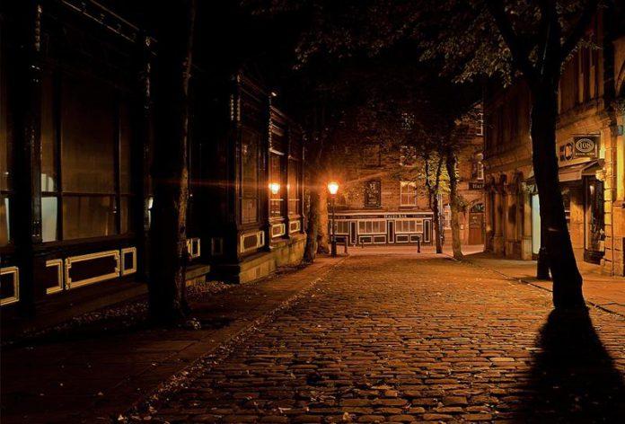 Stare miasto nocą, oswietlone przez latarnie - Quiz o małych miasteczkach Polski