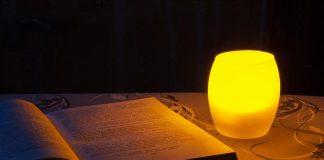 ksiażka, lampa solna, na stole