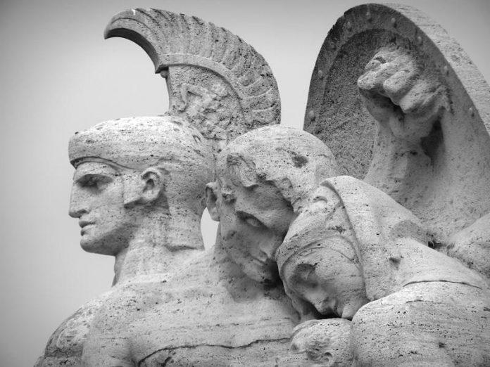 Rzeźba przedstawiająca rzymskiego żołnierza chroniącego tarczą cywili