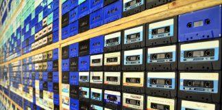 Ściana z kaset magnetofonowych - quiz o polskiej muzyce