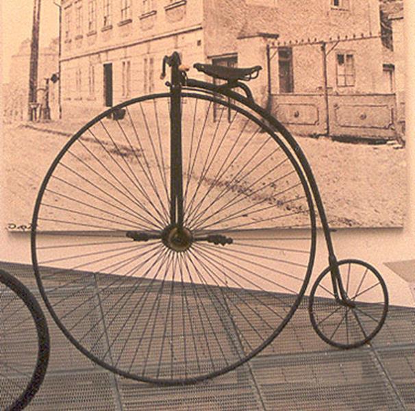 Bicykl, rower z wielkim przednim kołem, w Muzeum Škody, historia roweru, quiz