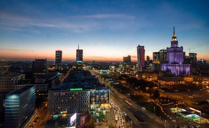 Warszawa nocą, widok z góry na centrum miasta i Pałac Kultury-quiz o historii Polski