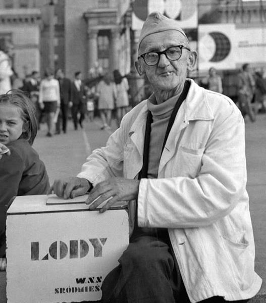 Lody w Polsce Ludowej, staruszek sprzedający lody, quiz o PRL