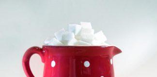 Filiżanka z kostkami cukru-ile kalorii ma cukier-quiz