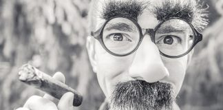 Śmieszne zjęcie - facet palący cygaro - quiz przekrojowy