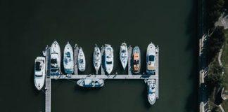 Fajne zdięcie łodzi, zacumowanych w kształcie litery E, quiz