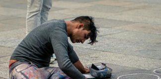 Artysta malujący chodnik-sztuka uliczna-quiz o Europie