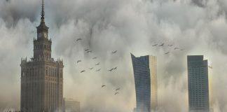 Centrum Warszawy spowite mgłą, wieżowce, Pałac Kultury i Nauki