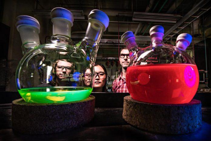 Labolatorium chemiczne, kolorowe menzurki
