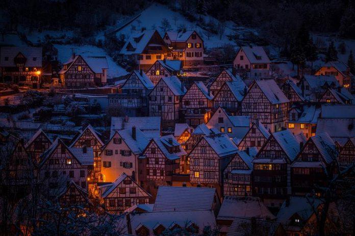 Miasto, domy z muru pruskiego/szachulec-zimowy widok-panorama-quiz o miastach
