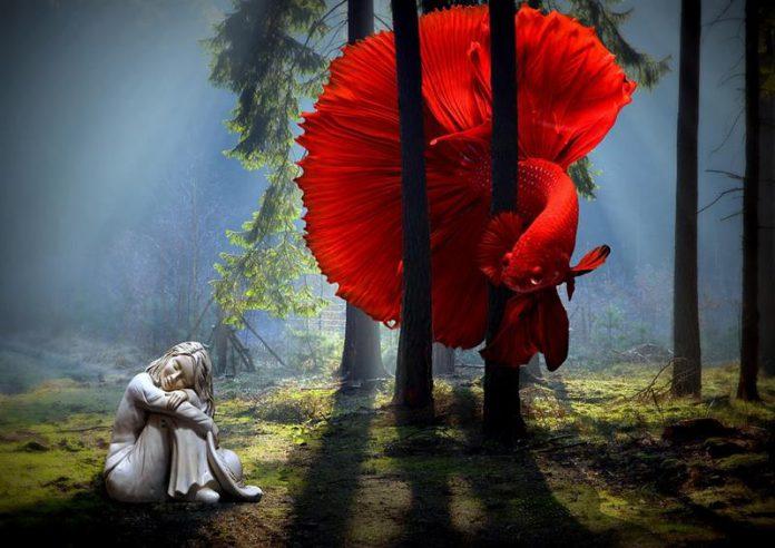 mityczne stworzenie w lesie przyglądające się śpiącej dziewczynce - quiz mitologia