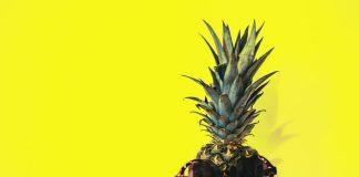 Ananas w okularach-zabawne, śmieszne zjęcie-quiz-egzotyczne owocw