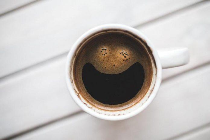 Filiżanka kawy, śmieszny wzór, latte art