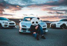 Trzy białe samochody sportowe i człowiek przebrany za pande-quiz skojarzenia