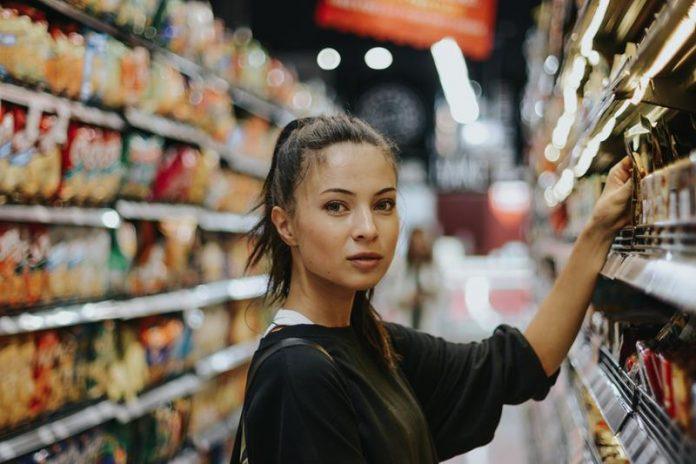 Ładna dziewczyna robiąca zakupy w sklepie