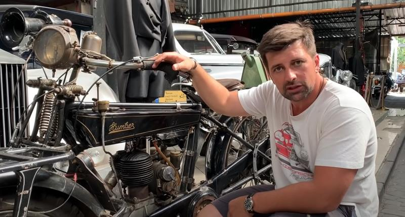 Patryk Mikiciuk-dziennikarz motoryzacyjny-odpala stary motocykl-kanal na youtube