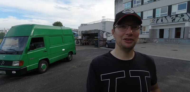 Zlomnik-Tymon Grabowski-youtuber i dziennikarz motoryzacyjny-testujący stary samochod