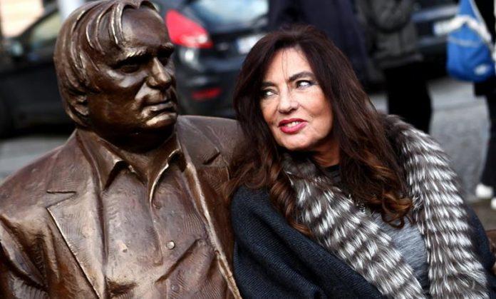 Ławeczka Marka Perepeczki w Częstochowie, Agnieszka Fitkau-Perepeczko siedzi na niej, obok pomnika męża