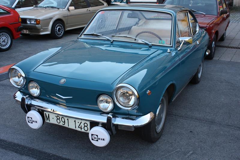 Seat 850 Sport Coupé w kolorze niebieskim, z reflektorami Cibie