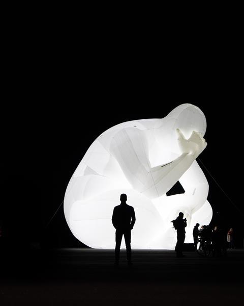 Rzeźba świetlna - zamyślony człowiek