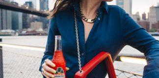 kobieta z czerwona, stylową torebką